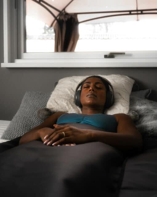 kvinder anvender infrarød tæppe i en seng