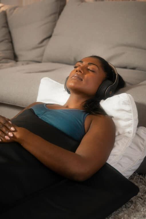 Kvinde slapper af i et infrarød tæppe fra GoodFlow