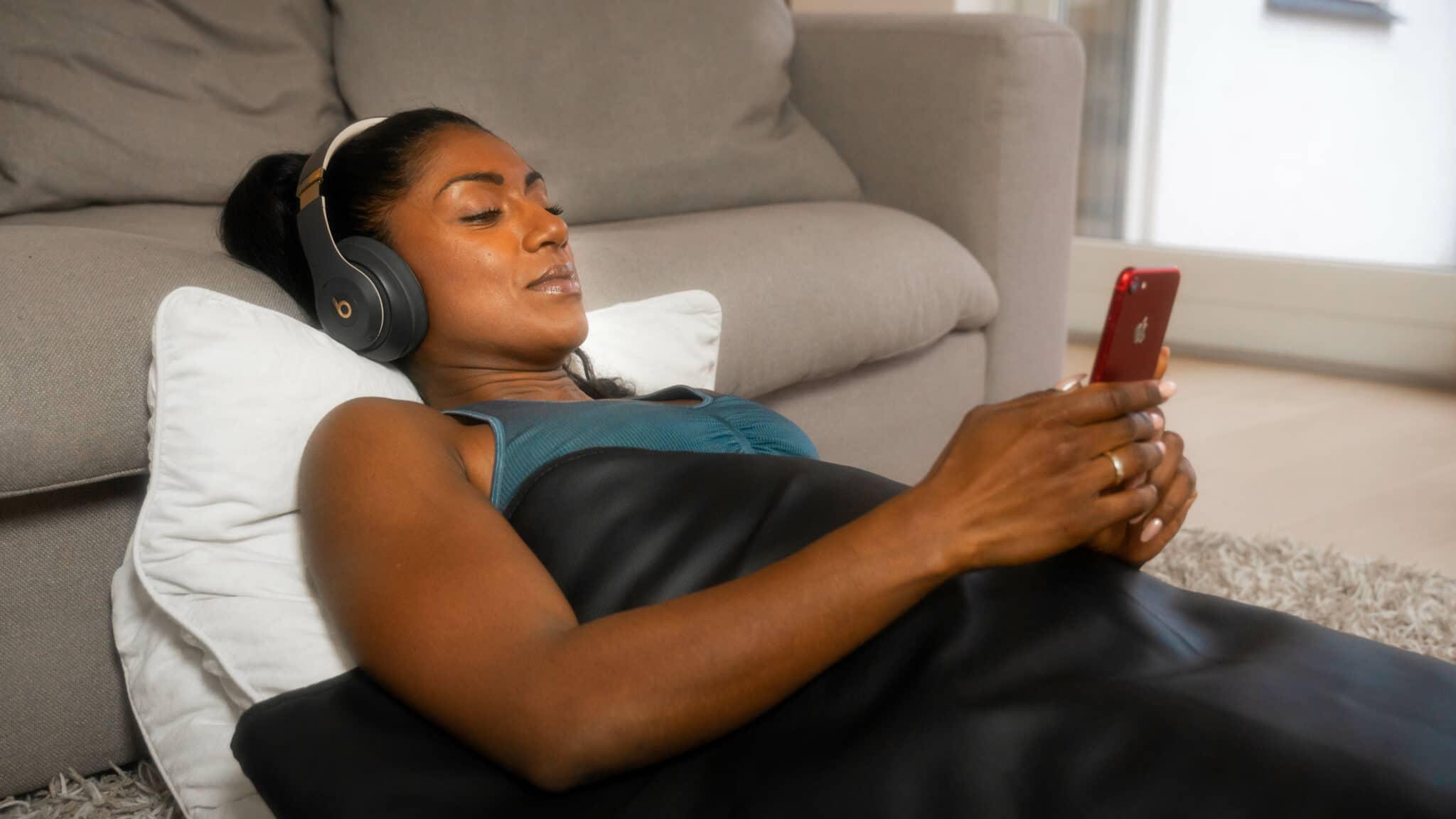 GoodFlow infrarød tæppe anvendes af en kvinde
