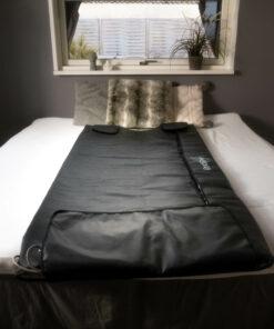 GoodFlow saunatæppe ligger på seng