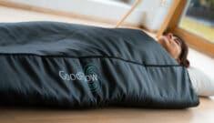 kvinde anvender GoodFlow infrarød saunatæppe